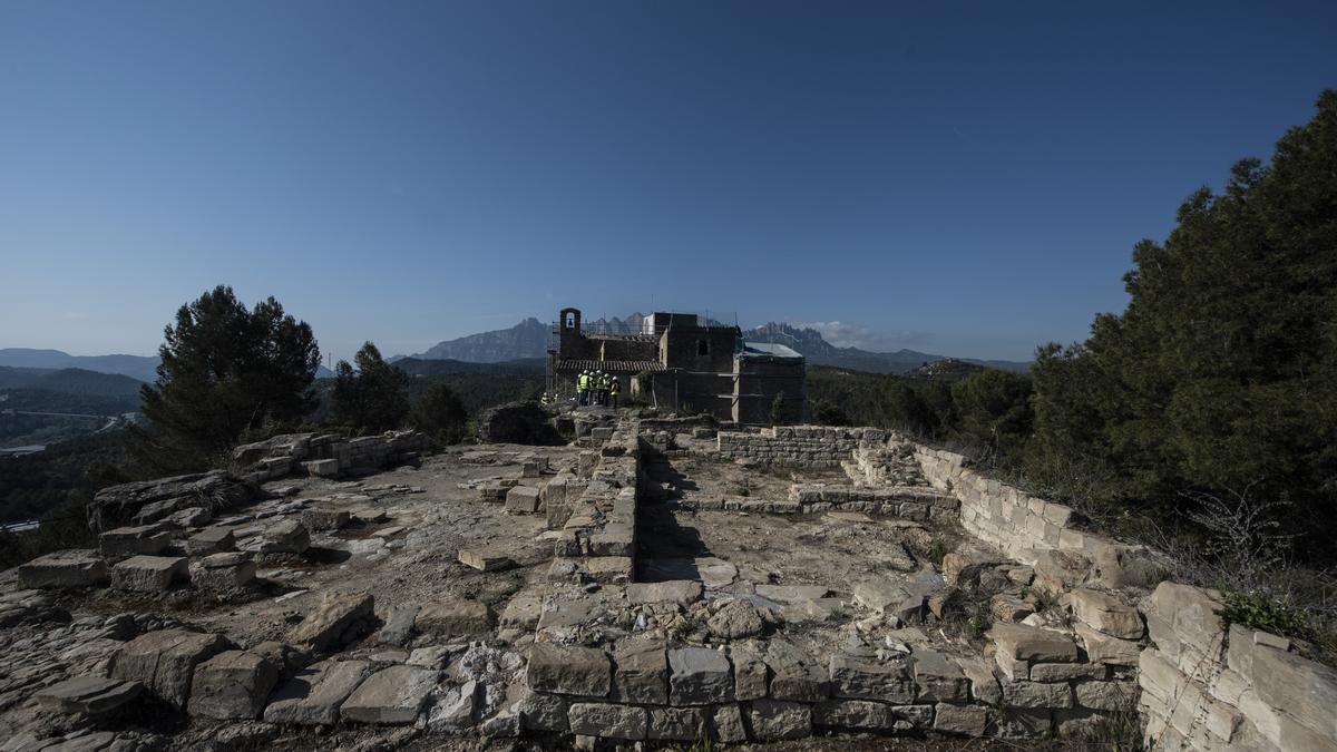 Restes de l'antic castell amb l'ermita i la casa de l'ermità al fons