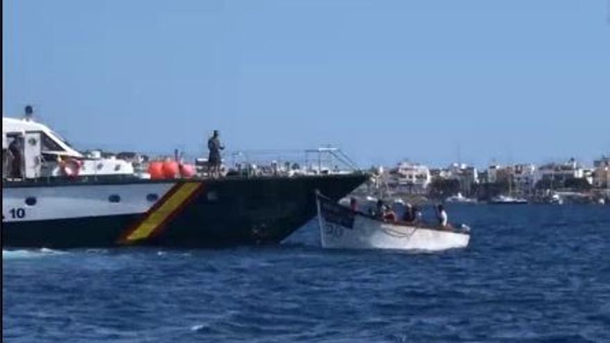 Una patera entra por Anfi Del Mar