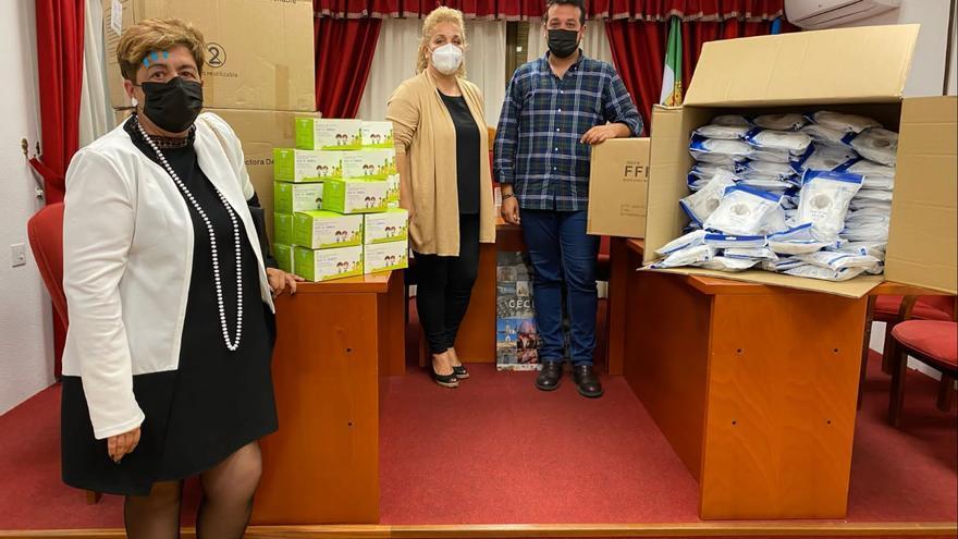 Ceclavín reparte 10.000 mascarillas quirúrgicas a escolares y estudiantes