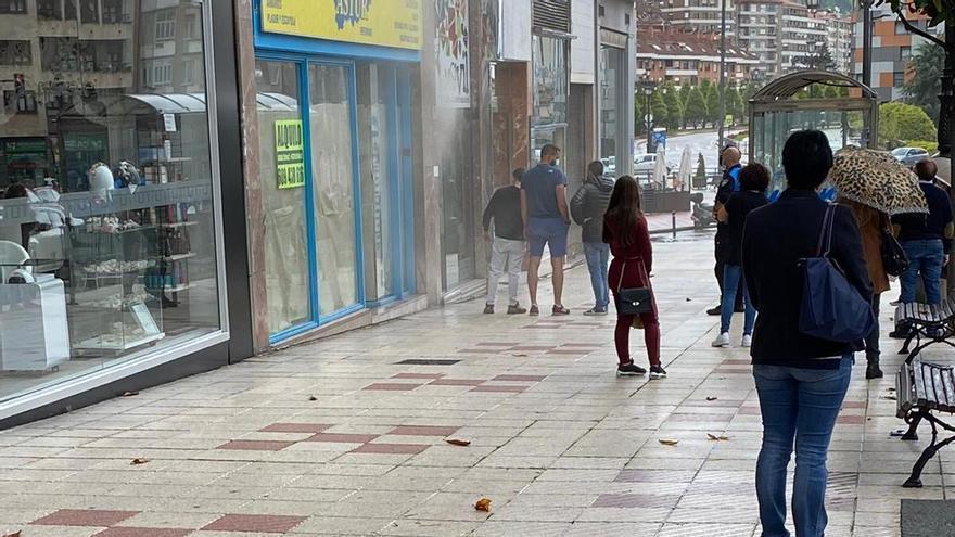 Alarma en el centro de Oviedo por un incendio en una tienda de móviles tras un cortocircuito