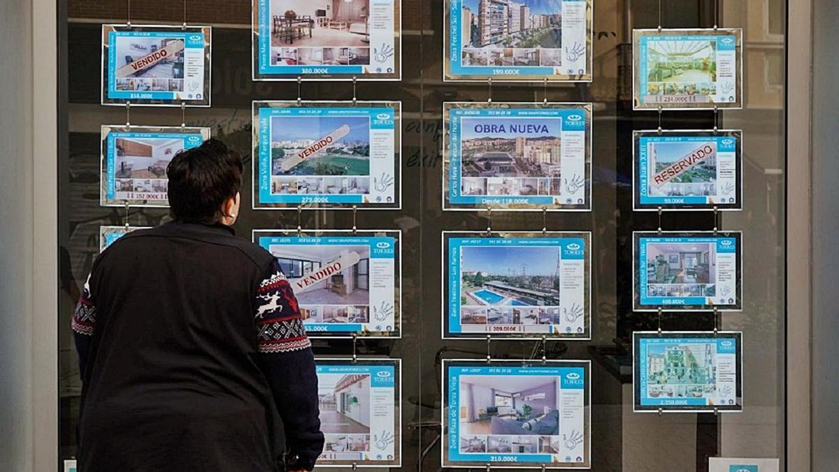 Escaparate de una inmobilaria en Málaga. | J. D.