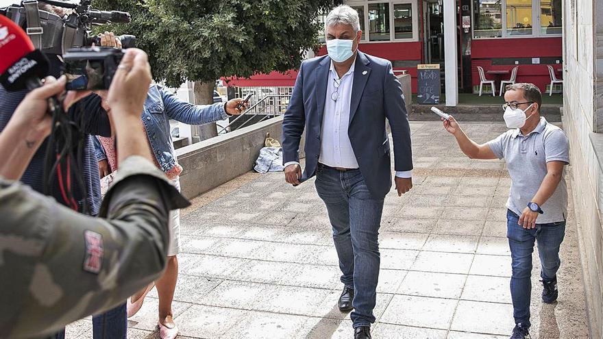 El juez exculpa al alcalde Juan Jiménez de delito sexual contra la exasesora
