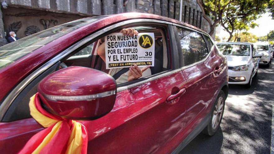 40 kilómetros de caravana para reclamar test a los turistas en Canarias