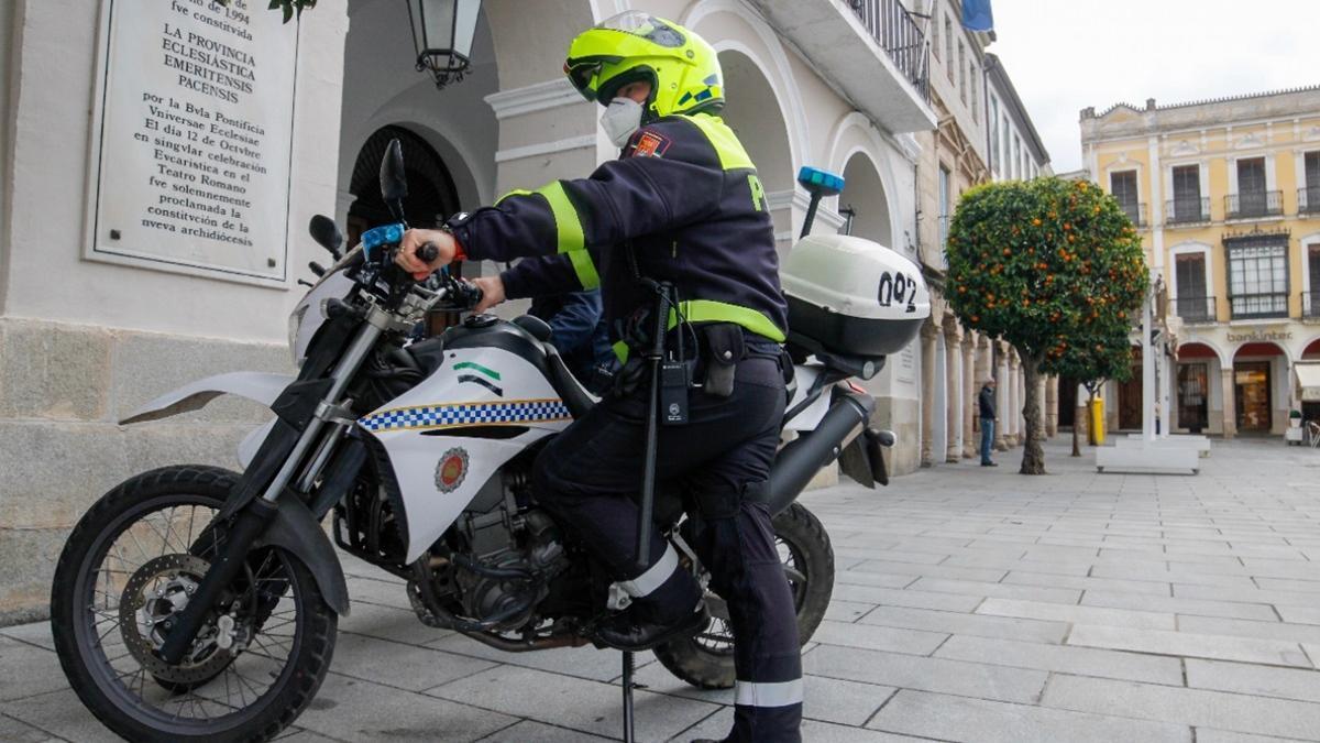 Agente motorizado de la Policía Local de Mérida, en la plaza de España.
