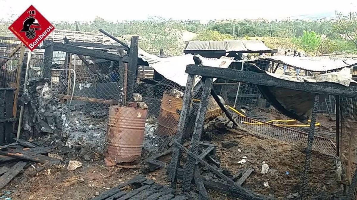 Estado en el que ha quedado a cuadra de Orihuela afectada por el incendio.