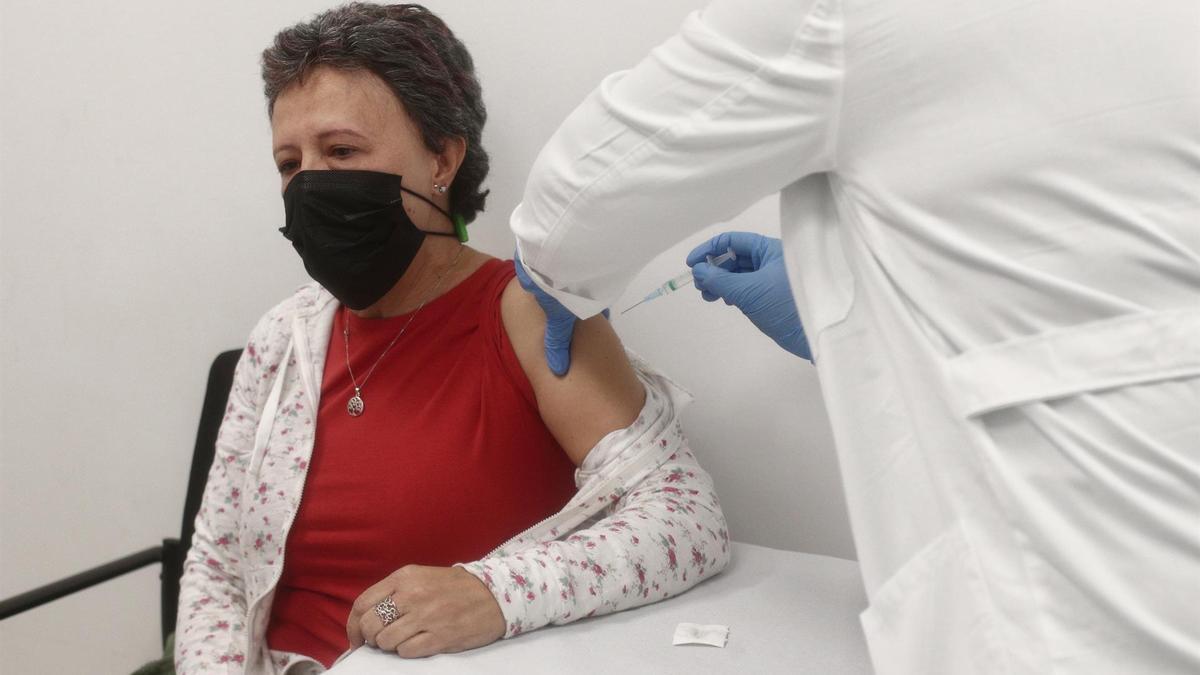 Una mujer recibe la vacuna contra el coronavirus en un centro de atención primaria de Madrid.