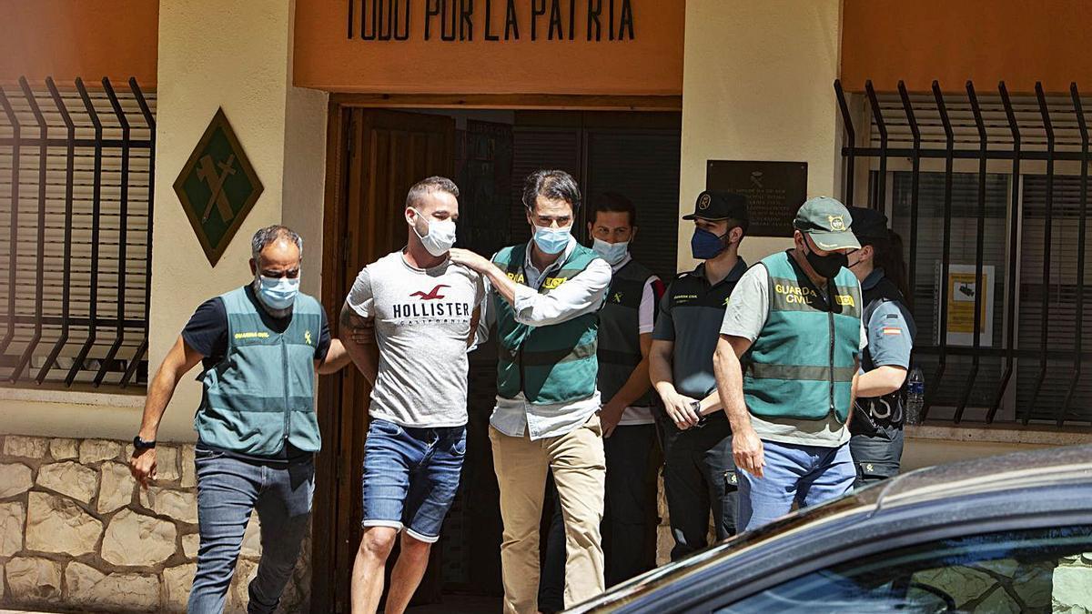 Agentes de la Guardia Civil conducen a El Tuvi al registro del pozo en el que hallaron a Wafaa. | PERALES IBORRA