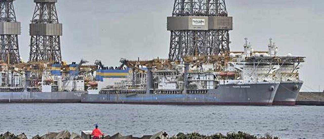 El perforador 'Pacific Khamsin', abarloado junto a otros buques del operador Pacific Drilling en el Reina Sofía.
