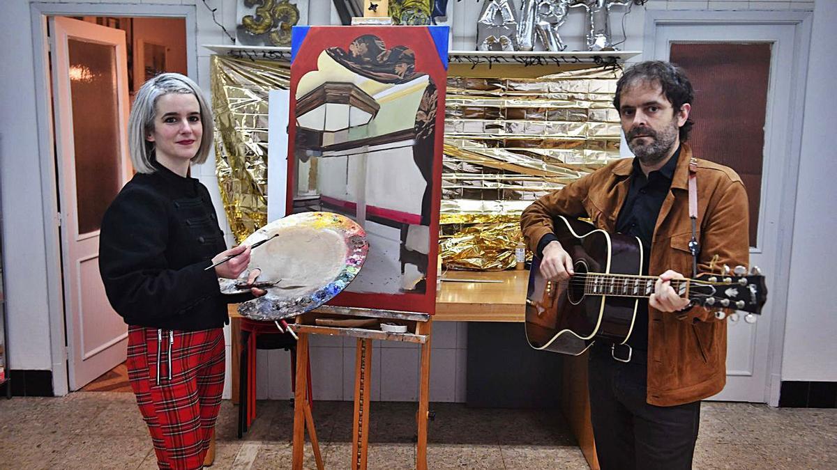 Lara Pintos y Félix Arias, en el estudio de la artista.    // VÍCTOR ECHAVE