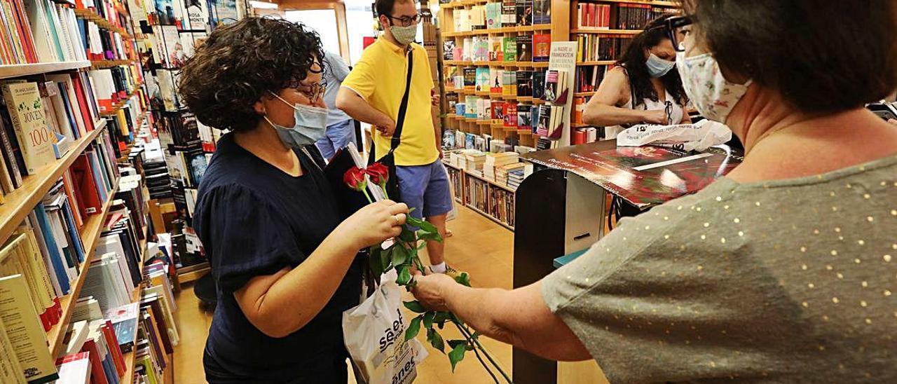 Afluencia de gente en las librerías del centro de Elche, ayer. ANTONIO AMORÓS