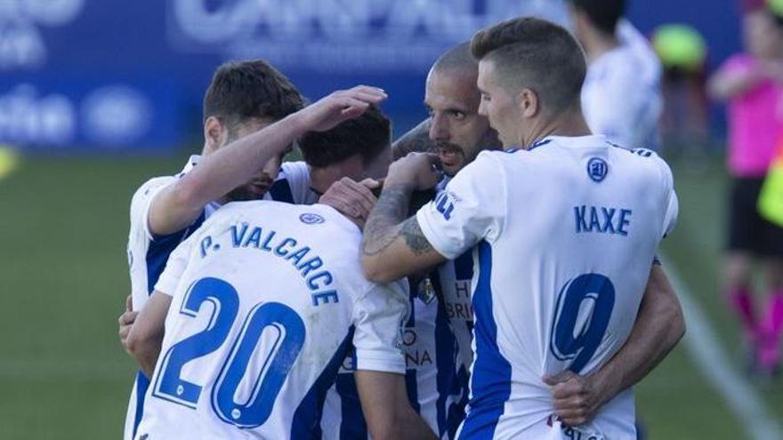 Los jugadores de la Ponferradina celebra un gol ante el Almería.