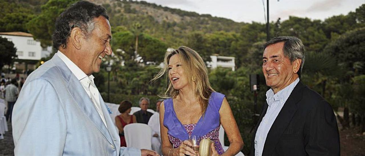 Myriam Lapique y Alfonso Cortina (dcha), en Formentor.