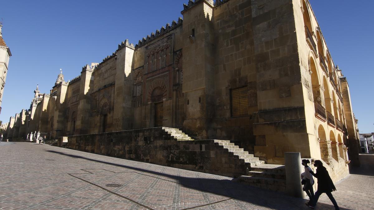 Dos personas pasean junto a la Mezquita-Catedral.