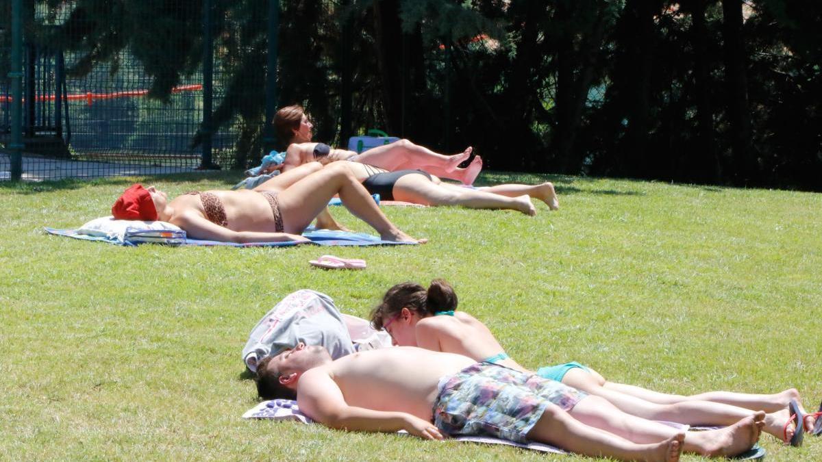 Usuarios en una piscina, en una foto de archivo.