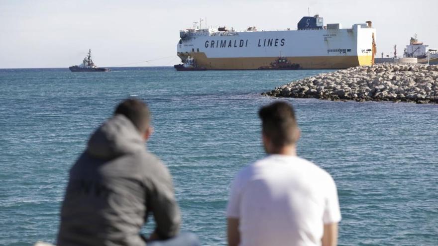 Remolcan al 'Grande Europa' desde el Moll Vell hacia el Puerto de Valencia