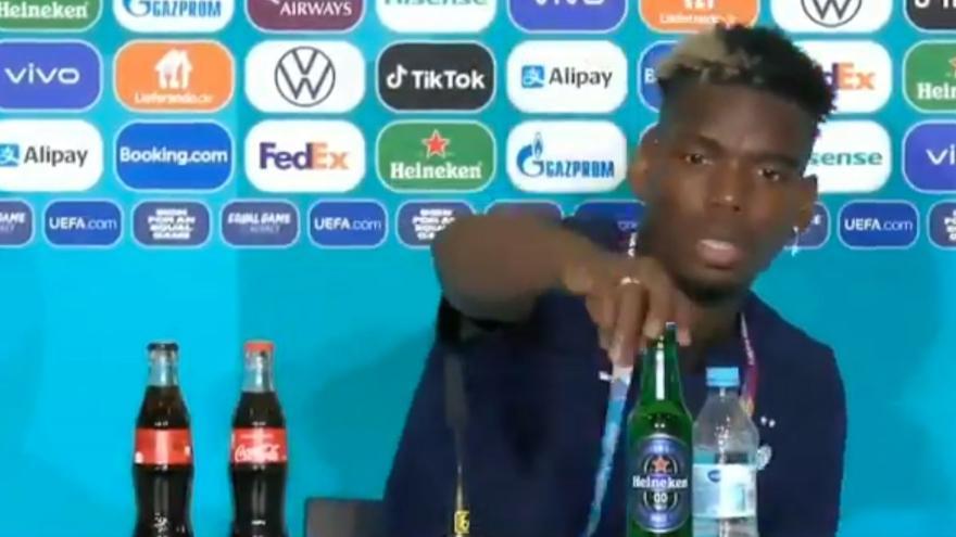 Pogba emula a Cristiano Ronaldo y retira una botella de cerveza
