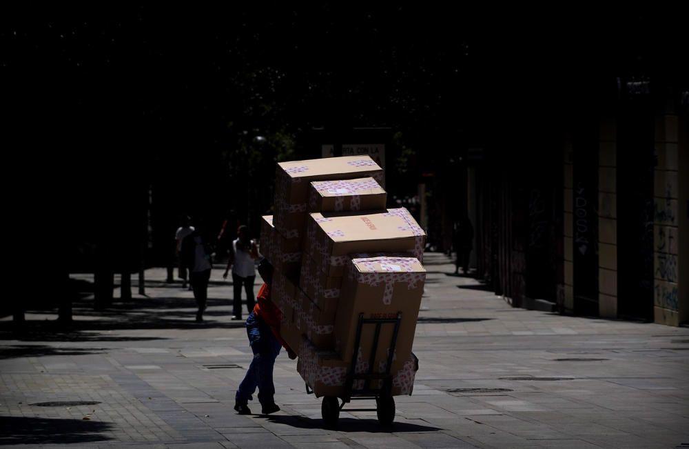 MADRID. 18.05.2020. CORONAVIRUS COVID-19. Apertura de comercios en Fase 0, pero con menos restricciones. Rebajas. Un repartidor de mercancía.  FOTO: JOSE LUIS ROCA