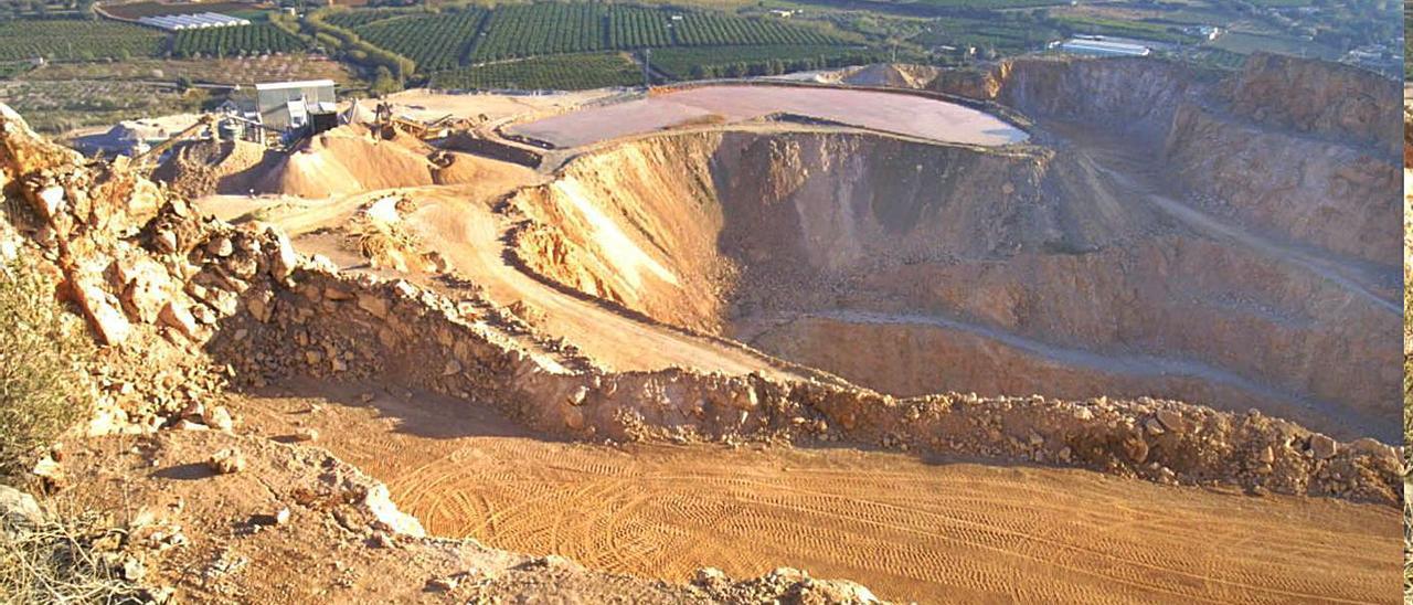 Imagen aérea de la cantera cuando la última gestora la clausuró en 2010.  A.Comes