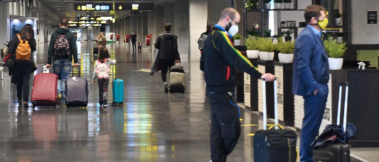 Terminal de llegadas nacionales en el aeropuerto de Gran Canaria, ayer, en el primer día de normalización de operaciones con Barajas. | | JUAN CARLOS CASTRO