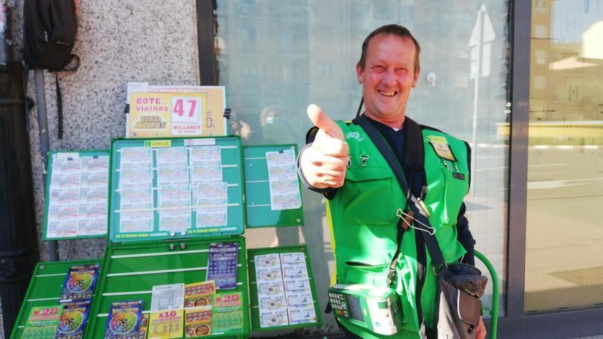 Carlos, el vendedor de la ONCE que reparte la suerte en Benavente
