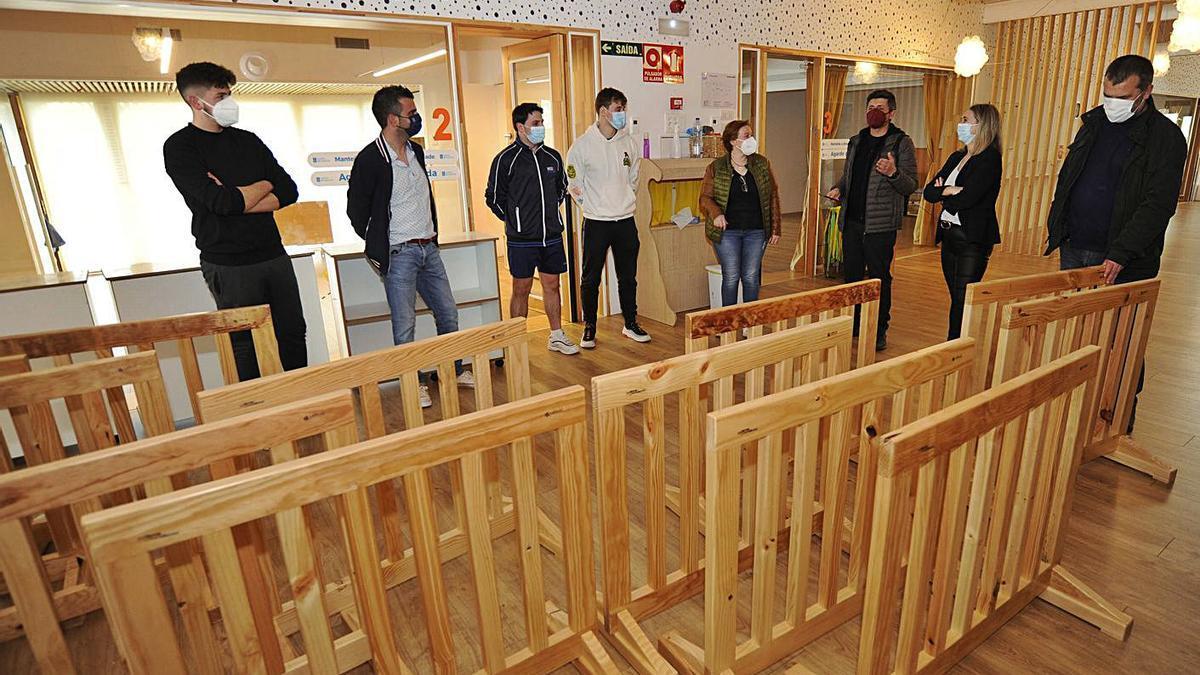 Mobiliario diseñado por alumnos de la FP dual del Losada Diéguez para A Galiña Azul.    // BERNABÉ/JAVIER LALÍN