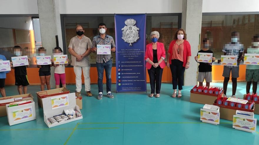 Las cofradías de la Soledad y San Pedro donan material escolar