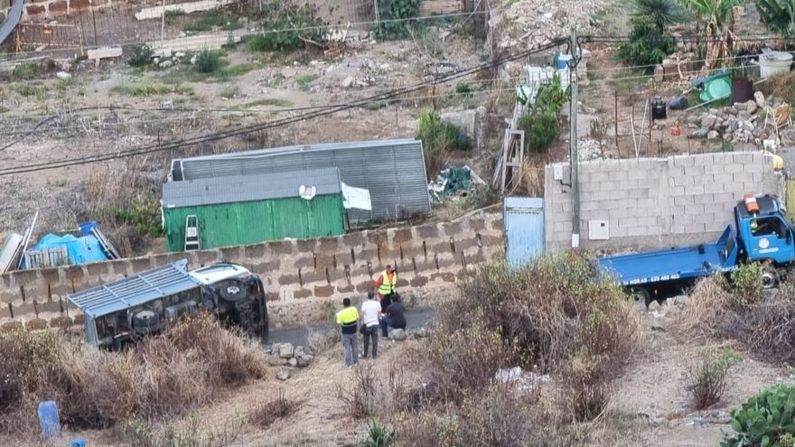 Un camión vuelca en Arucas