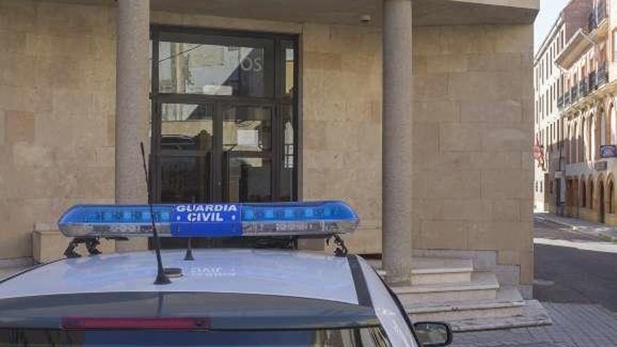 Un vehículo de la Guardia Civil a las puertas del Juzgado.
