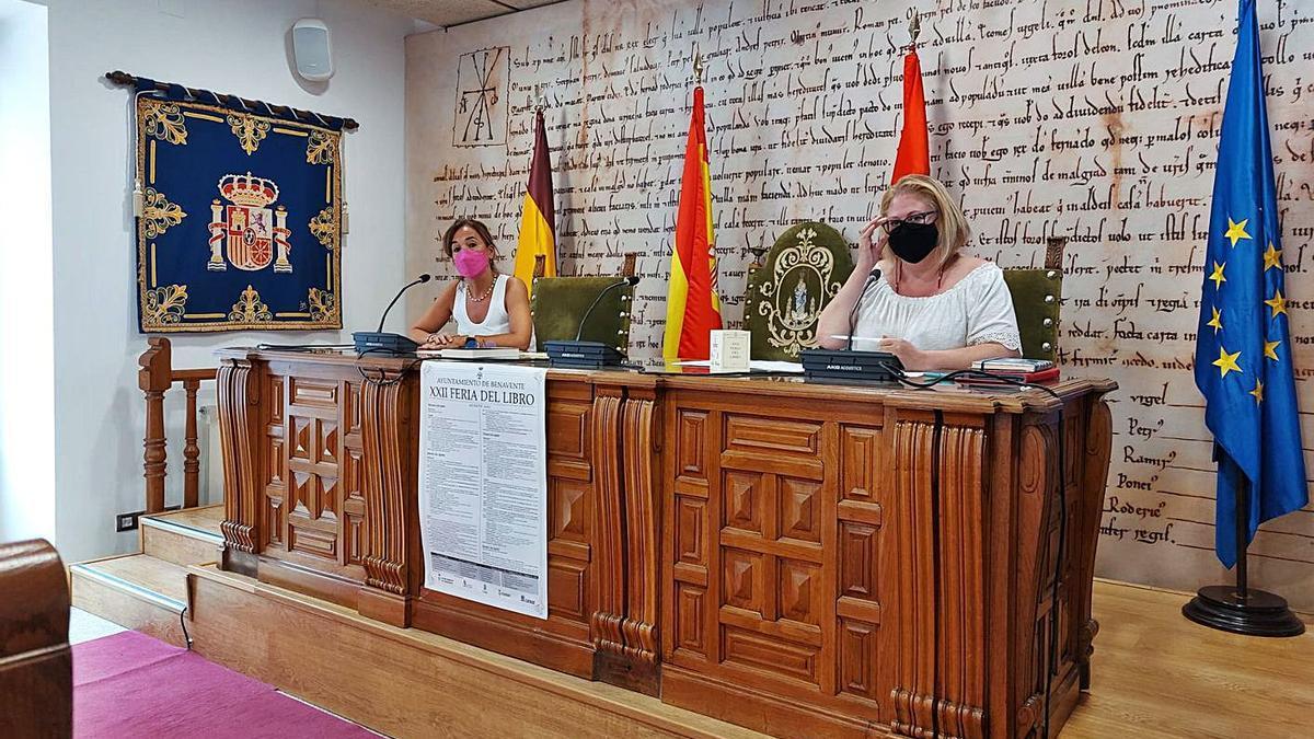 La directora de la biblioteca municipal, María José Pérez (izquierda) y la concejala de Cultura, Marian Hernández (derecha) durante la presentación.   C. G. R.