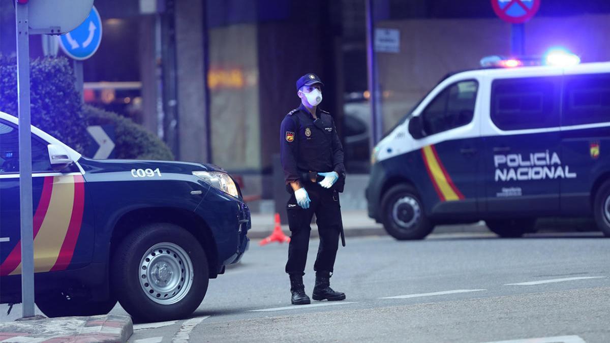 Un agente de la Policía Nacional de Vigo durante el control a los desplazamientos en el estado de alarma. // Ricardo Grobas
