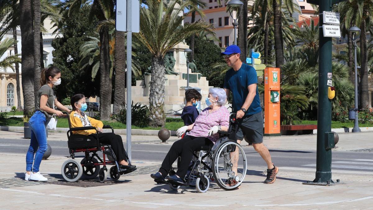 Varias personas pasean por el centro de Cartagena.