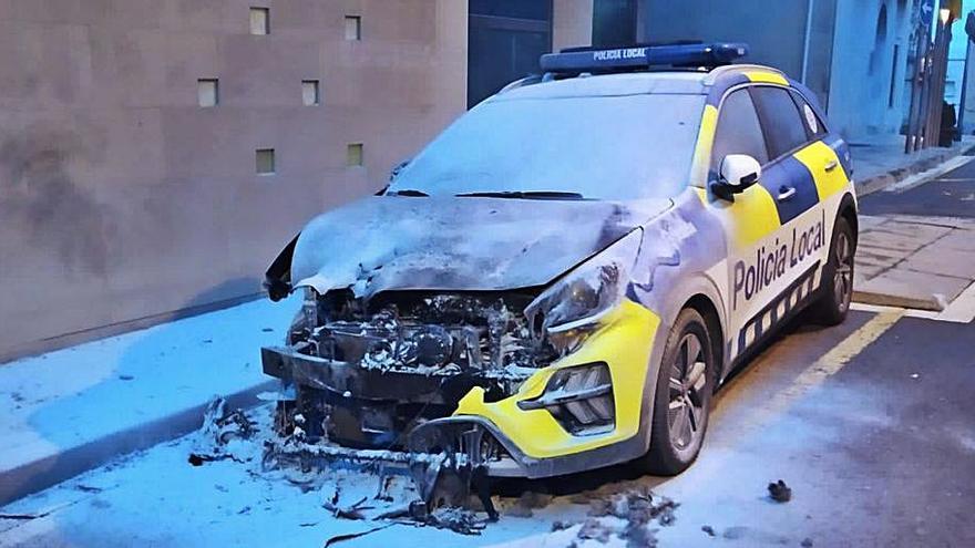 Crema un cotxe de la Policia Local a Sant Esteve Sesrovires