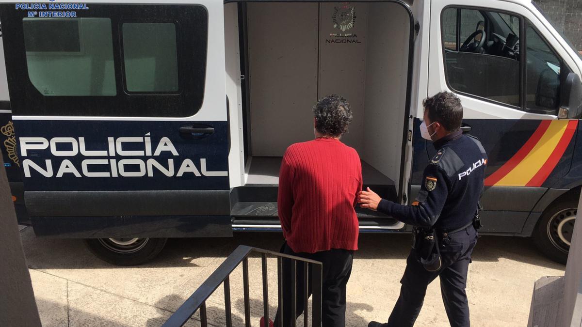 Un agente de Policía custodia al detenido por la agresión.