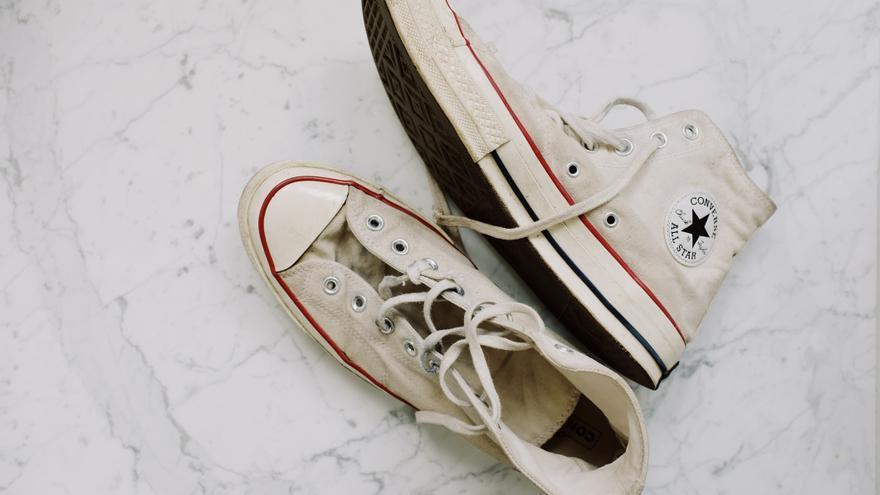 Truco para limpiar las zapatillas blancas sin lavadora
