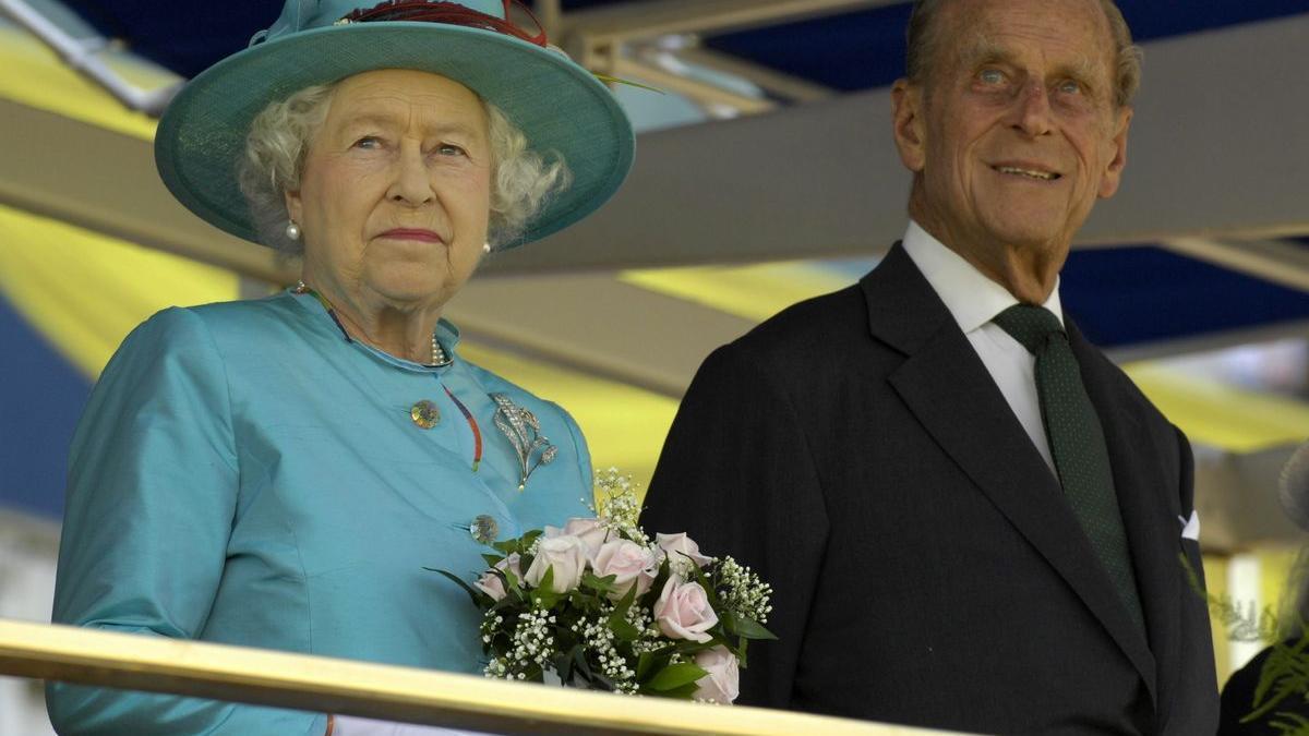 El príncipe Felipe junto a la la reina Isabel II en una visita a Toronto, Canadá, en julio de 2010.