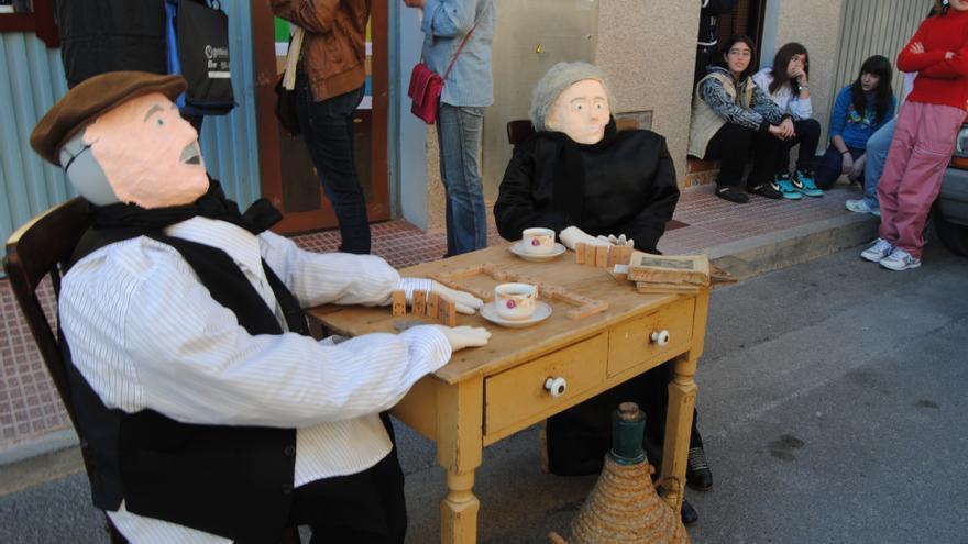 """Agost anima a celebrar el """"Día de la Vella"""" pero instalando los muñecos en balcones y ventanas"""