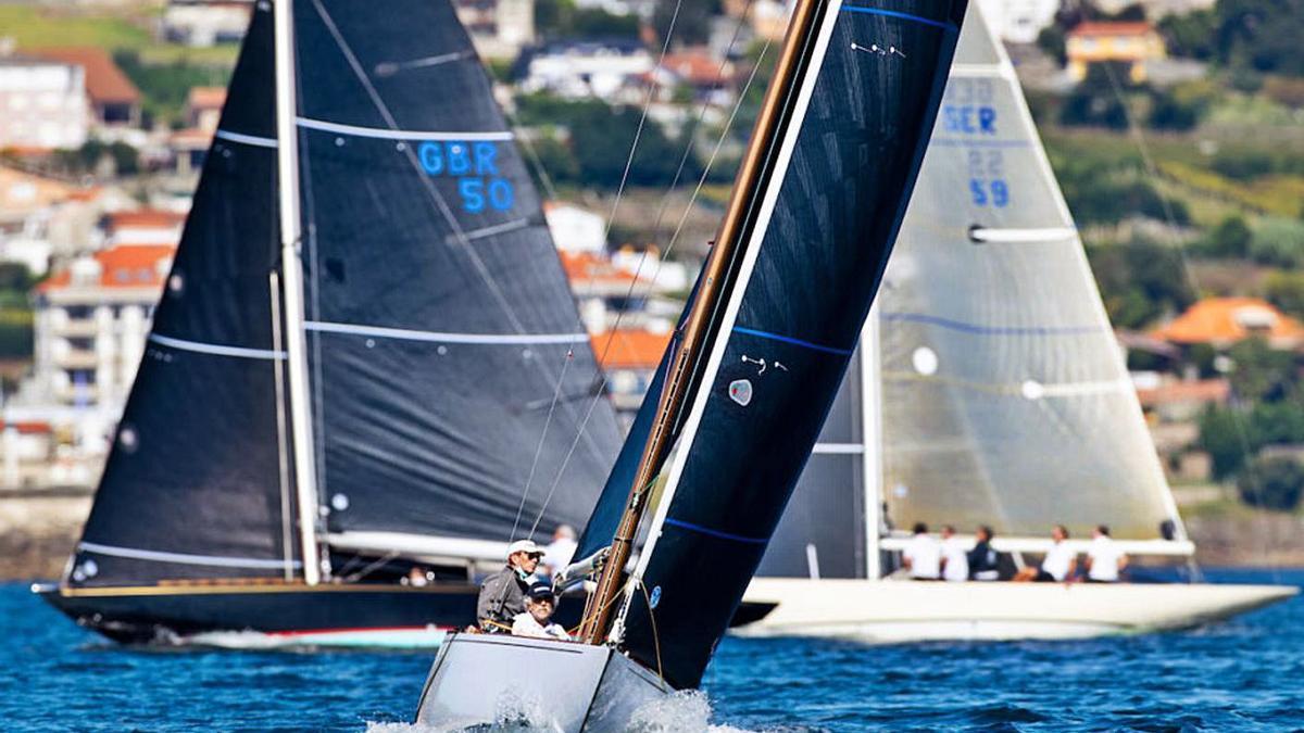 Tres de los barcos que ayer participaron en la Regata Rey Juan Carlos I en Sanxenxo. |  // © MARÍA MUIÑ