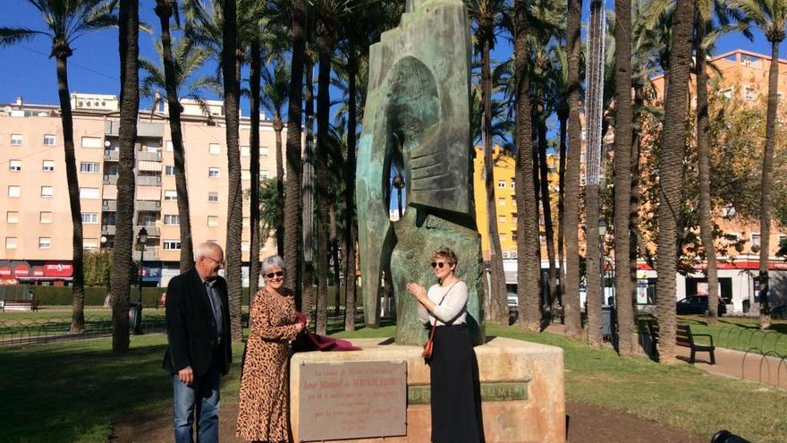 Tania Llasera, emocionada en el homenaje en Dénia a su abuelo, el escultor Joxe Alberdi