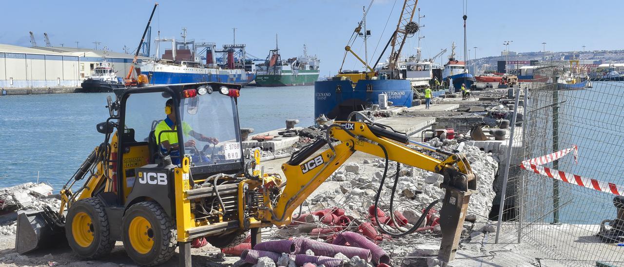 Trabajadores en la obra del pantalán Fransari, en el Puerto de La Luz, durante el mes de agosto.
