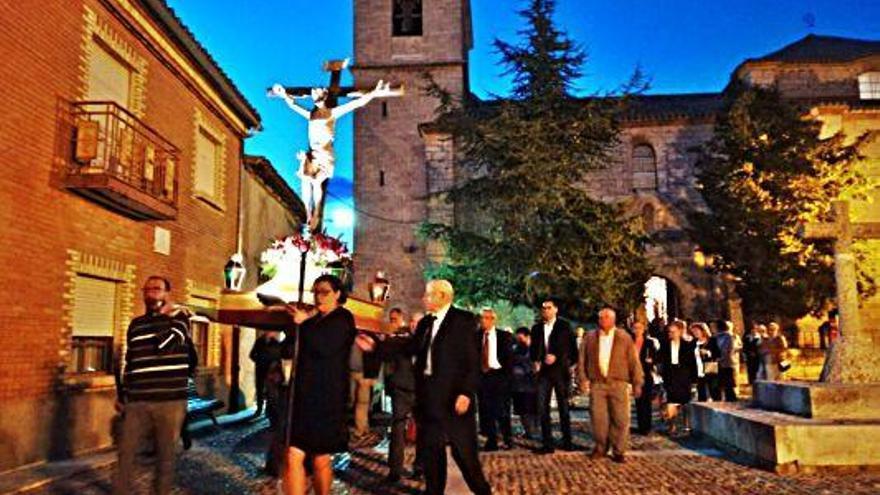 Cofrades portan la imagen del Cristo en una procesión anterior.