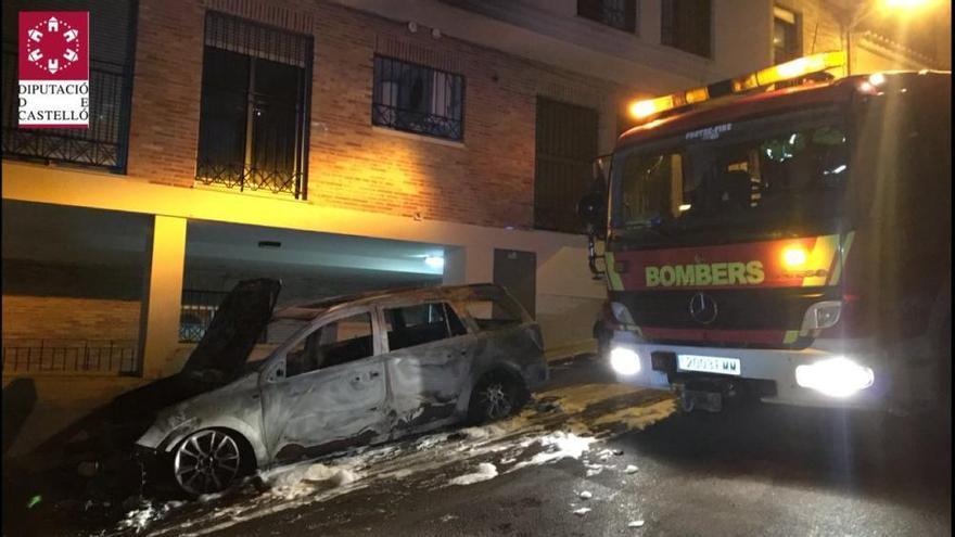 25 desalojados por el incendio en varios vehículos en Almenara