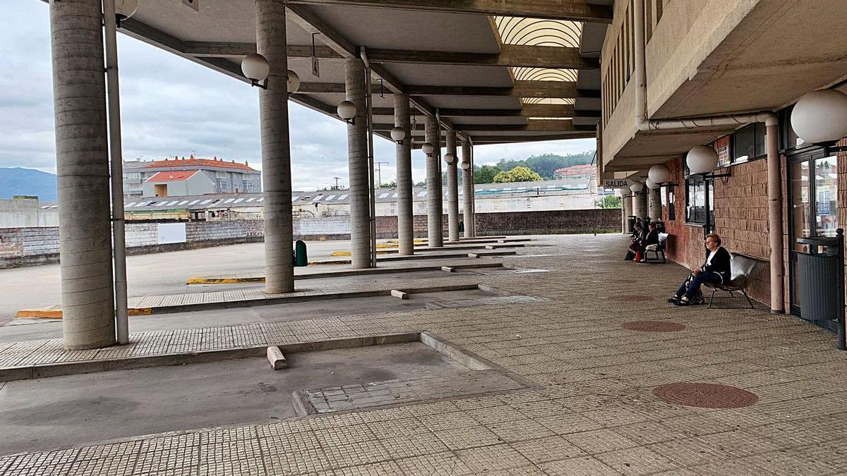 Usuarios esperando al autobús en el exterior de la terminal de Ponteareas.     // D.P.