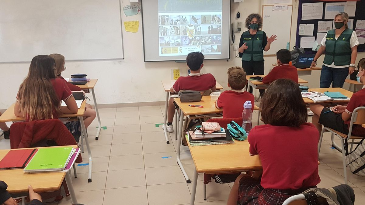 Dos agentes del Emume, durante su charla en el colegio.