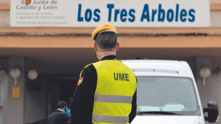 Un miembro de la Unidad Militar de Emergencias (UME) frente a la fachada de la residencia de los Tres Árboles durante la desinfección de las instalaciones del centro.   Emilio Fraile