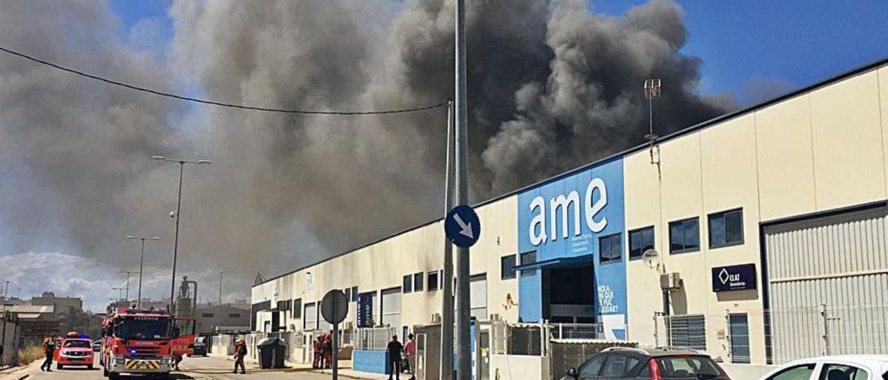 Incendio en una industria de Sueca   LEVANTE-EMV