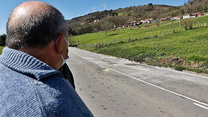 """""""Por la noche no podemos andar por esta carretera, pasan a muchísima velocidad"""", se quejan los vecinos de la zona del accidente de Tineo"""