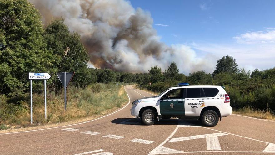 Un incendio en Asturianos obliga a cortar la N-525