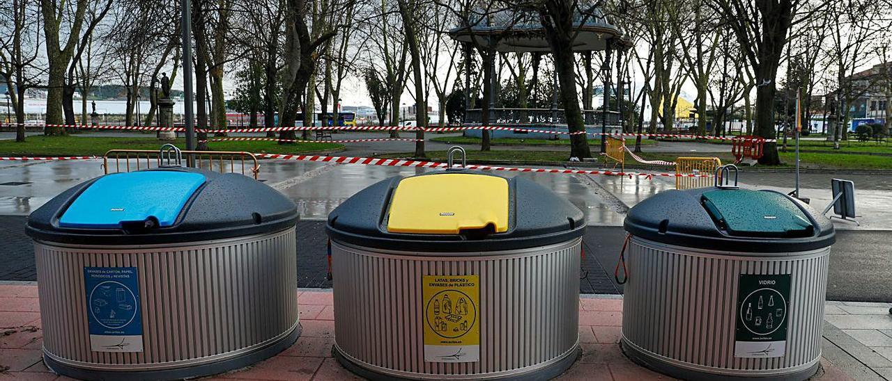Contenedores semienterrados de reciclaje en la calle Emile Robin de Avilés.
