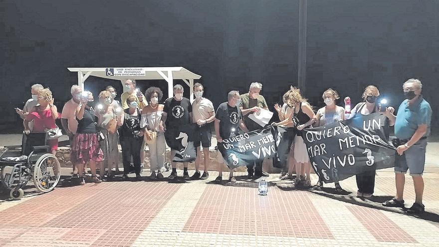 Un centenar de vecinos protestan por la muerte masiva de peces en la laguna