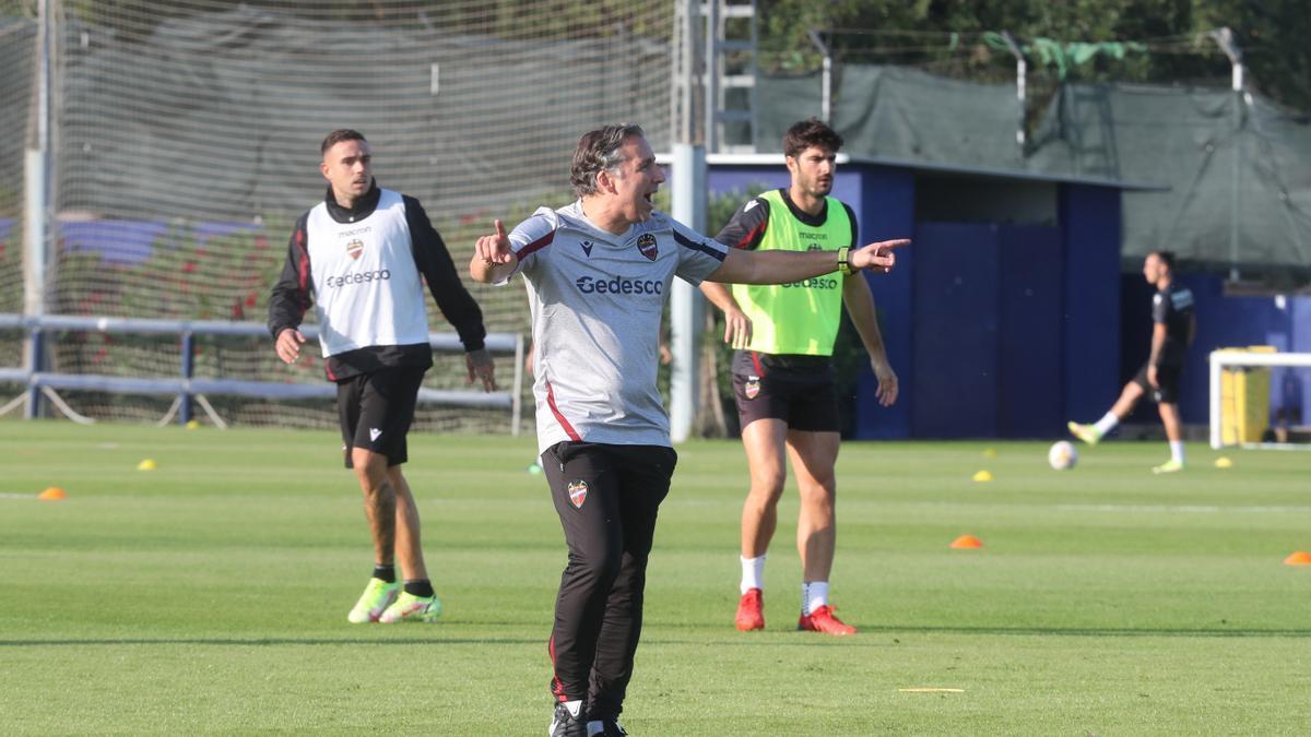 El técnico, durante el entrenamiento de ayer.
